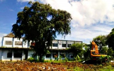 Bangunan bekas kantor Bupati Bima dibongkar dengan dua unit Excavator. Foto: Bin
