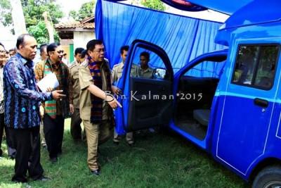 Bupati Bima didampingi Kepala Dinas Dukcapil saat peluncuran Mobil Layanan Keliling. Foto: Bin