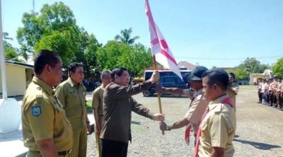 Bupati Bima menyerahkan bendera kepada peserta kemah. Foto: Hum
