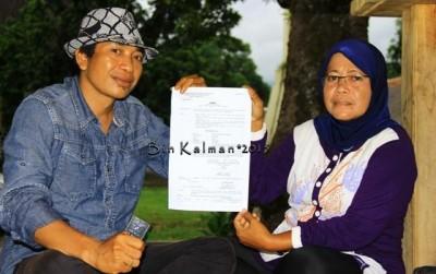 Dian Maulidia didampingi tim Advokasi Sudirman, SH. menunjukan surat dari Polisi. Foto: Bin