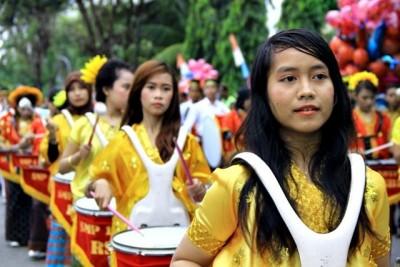 Drumband pelajar ambil bagian saat pawai. Foto: Bin