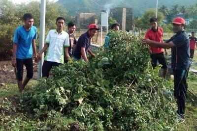 FPKT Kota Bima saat kerja bakti di Taman Perbatasan Kota. Foto: Bin