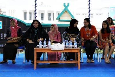 Istri Walikota Bima dan Ina Kau Mari di tribun utama  bersama istri pejabat lain. Foto: Bin