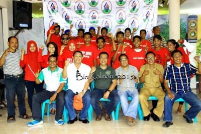 KPPB pose bersama dengan Promotor, Manager, Kreator dan Orang tua Ady Bima di Villa Kosambo. Foto: Bin