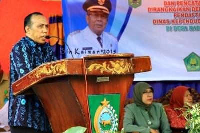 Kepala Disdukcapil Kabupaten Bima, Drs. Andi Sirajudi, AP, MM  saat memberikan sambutan pada kegiatan program isbat nikah keliling. Foto: Bin