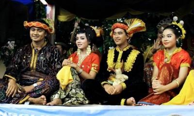 Mahasiswa STIE memakai baju tradisional Bima. Foto: Bin