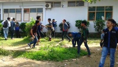 Mahasiswa STKIP Bima saat menyerang kampus. Foto: Teta
