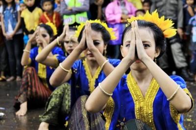 Mahasiswi STIE Bima saat menari di depan Tribun utama. Foto: Bin
