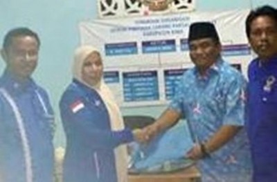 Misfalah SPd melalui Pengurus DPD Partai Demokrat NTB, Surya Putra Dinata saat mendaftar di  Kantor Demokrat.