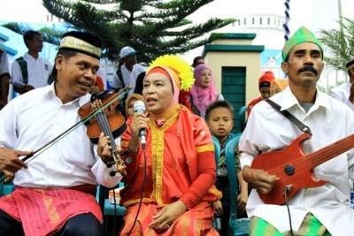 Musik tradisional Bima, Biola engke menyambut kehadiran peserta pawai. Foto: Bin
