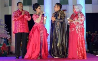 Nassar bersama Walikota Bima, Istri Walikota Bima dan Selvy Anak Walikota Bima. Foto: Hum