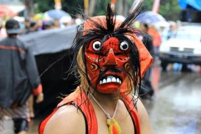 Paguyuban Jawa Timur tampil dengan topeng khasnya. Foto: Bin
