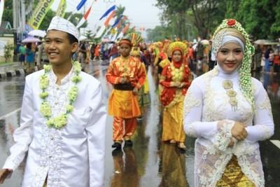 Pelajar SMPN 1 Kota Bima mengenakan pakaian adat  pengantin daerah di Indonesia. Foto: Bin