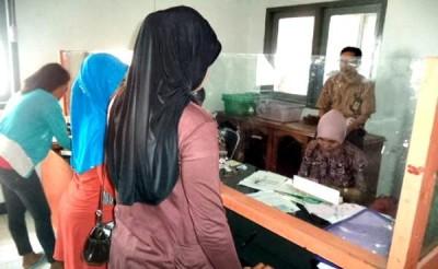 Penerima bantaun PKH saat menerima pencairan di Kantor Pos Cabang Bima. Foto: Bin