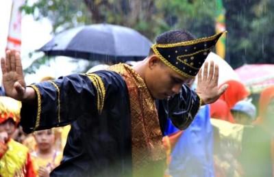 Pria Minang menari ditengah Hujan saat Pawai HUT Kota Bima ke 13. Foto: Bin