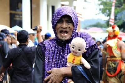 Pria Ponoorogo menyerupai Ibu - Ibu sedang menggendong boneka. Foto: Bin