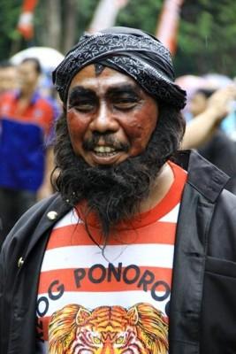 Pria asal Ponorogo saat berpartisipasi dalam pawai HUT Kota Bima ke 13. Foto: Bin