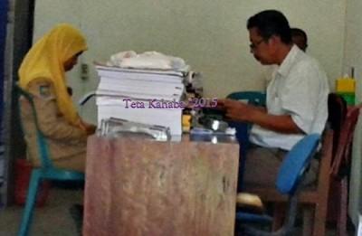 RM saat diperiksa Tim BPKP Mataram. Foto: Teta