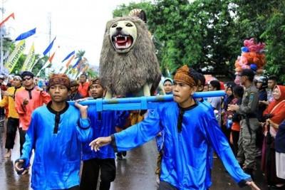 Sisingaan atau Gotong Singa, merupakan salah satu jenis seni pertunjukan rakyat Jawa Barat, khas Subang, juga turut memeriahkan  HUT Kota Bima. Foto: Bin