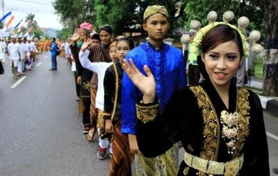 Siswa mengenakan pakaian adat Jawa saat mengikuti pawai. Foto: Bin