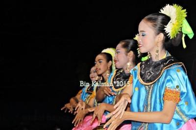 Tarian adat Bima pada pesta rakyat Kota Bima. Foto: Bin