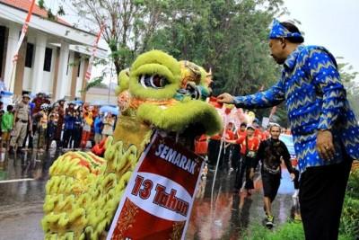 Walikota Bima HM. Qurais H. Abidin memberikan angpao kepada pemain Barongsai. Foto: Bin