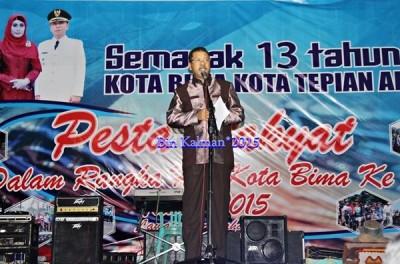 Walikota Bima saat memberikan sambutan pada pesta rakyat Kota Bima. Foto: Bin