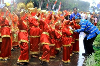 Walikota Bima turun menemui anak Minang usai menari. Foto: Bin