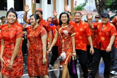 Warga Kota Bima keturunan Thionghoa melambaikan tangan kepada penonton. Foto: Bin