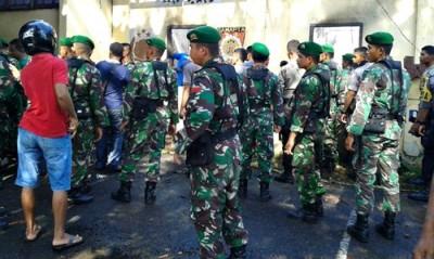 Anggota TNI saat datang membantu musibah yang menimpa Polres Bima Kota. Foto: Teta