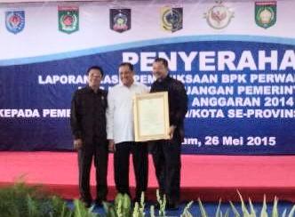 Walikota Bima dan Ketua DPRD Kota Bima saat menerima Piagam Predikat WTP dari BPK Mataram. Foto: Bin