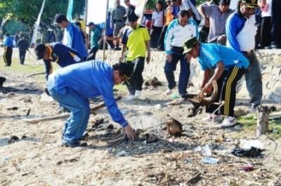 Bupati Bima dan Jajaran TNI membersihkan Pantai Kalaki. Foto: Hum