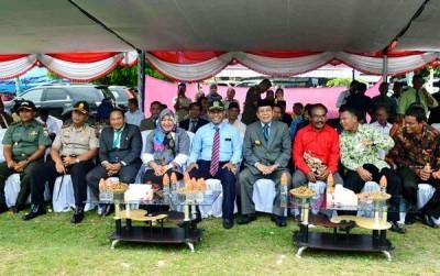 Bupati Bima didampingi Ketua KPU Kabupaten Bima dan Pimpinan Parpol dan tamu undangan lain. Foto: Bin