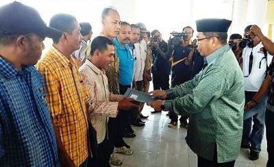Bupati Bima menyerahkan penghargaan Lomba Desa. Foto: Hum