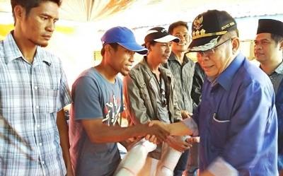 Bupati Bima saat menyerahkan bantuan di Karampi. Foto: Hum