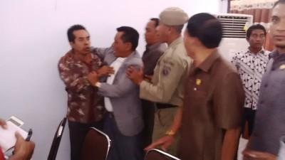 H. Mustahid ngamuk dan dilerai anggota dewan lain. Foto: Bin
