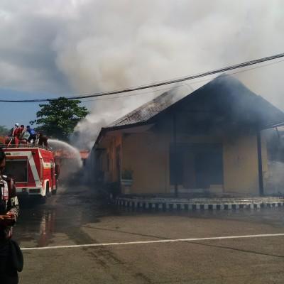Paruga Toi Kantor Polres Bima Kota terbakar. Foto: Bin