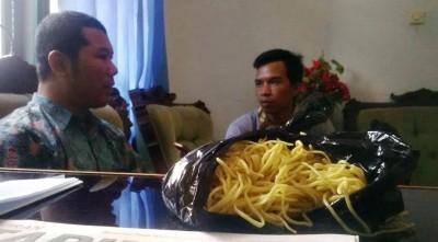 Kasi Pemeriksaan Balai POM Mataram, Yosep Dwi Irwan PS. saat memberikan keterangan setelah mengamankan mie berformalin. Foto: Bin