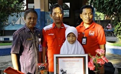 Nazla foto bersama dengan Kepala Sekolahnya dan GM Wilayah Telkom NTB serta GM Wilayah Telkom Bima saat terima penghargaan. Foto: Bin