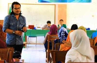 Pemateri saat membawa sesi diskusi Pelatihan dimaksud. Foto: Erde
