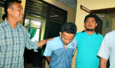 Penipu para Lansia saat digelandang ke kantor Polsek Rasanae Barat. Foto: Teta