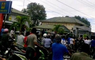 Ratusan warga saat mendatangi kantor PT. PLN (Persero) Cabang Bima. Bin