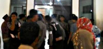 Aparat menjaga ketat sidang pembunuhan Kaur Desa Wane. Foto: Bin