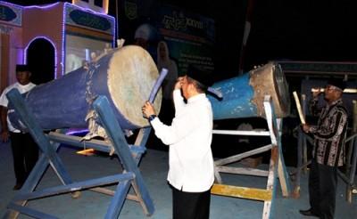 Bupati Bima memukul beduk, menandai pembukaan MTQ ke - 28 tingkat   Kabupaten Bima. Foto: Hum