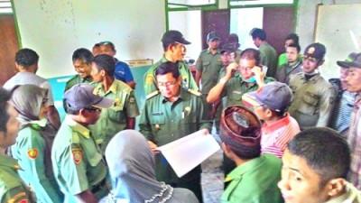 Bupati Bima saat mengunjungi Kantor Desa. Foto: Hum