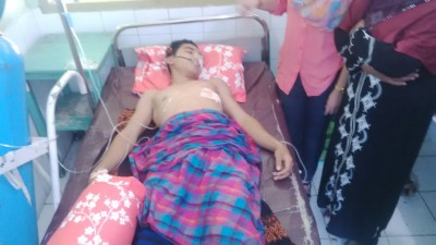 Alif terkapar dibantu oksigen di RSUD Bima. Foto : Bin
