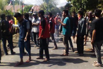 Warga Desa Kalampa saat blokir jalan. Foto: Teta