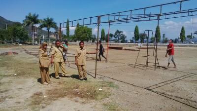 Jajaran Pegawai Dinas Koperindag Kota Bima memantau pendirian tenda pedagang Ramadhan. Foto: Bin