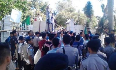 Warga saat di depan kantor DPRD Kabupaten Bima. Foto: Abu