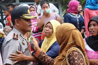 Warga saat mendatangi Rutan Bima dan dihadang Polisi. Foto: Bin